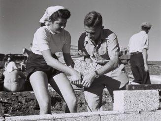 זולטן קלוגר, מתיישבים מניחים את אבן הפינה לבית הלבנים הראשון בקיבוץ דוברת, 1946.